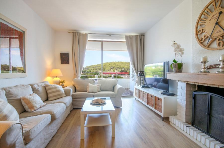 Large 4 bedroom flat on edge of Pollensa village, with parking