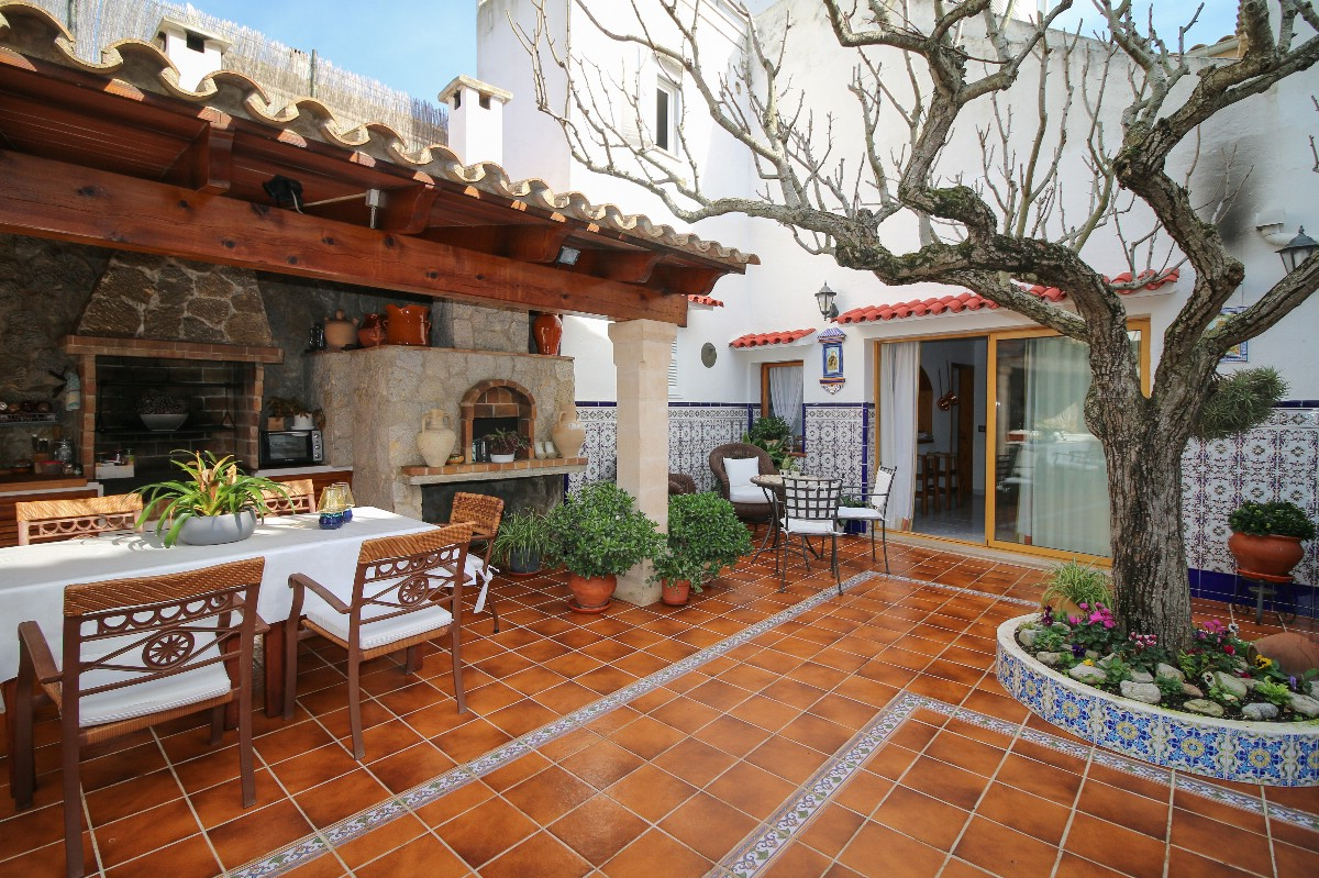 Pollensa old town property for sale 4 bedrooms Large courtyard Ideal for long stays