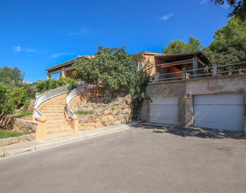 Detached villa for sale close to the harbour in Alcudia
