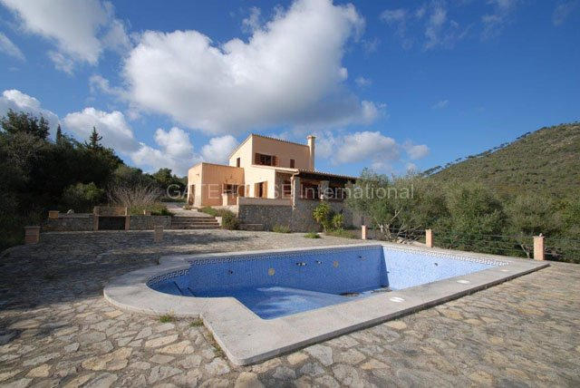 Rustic finca for sale in peaceful San Lorenzo countryside with mountain views