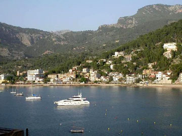 Greatly reduced apartment with harbour views for sale in Puerto de Soller, Mallorca