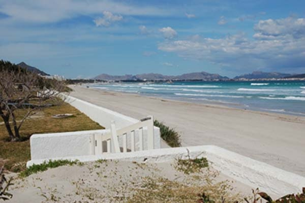 Frontline home for sale in Puerto de Alcudia with beach access