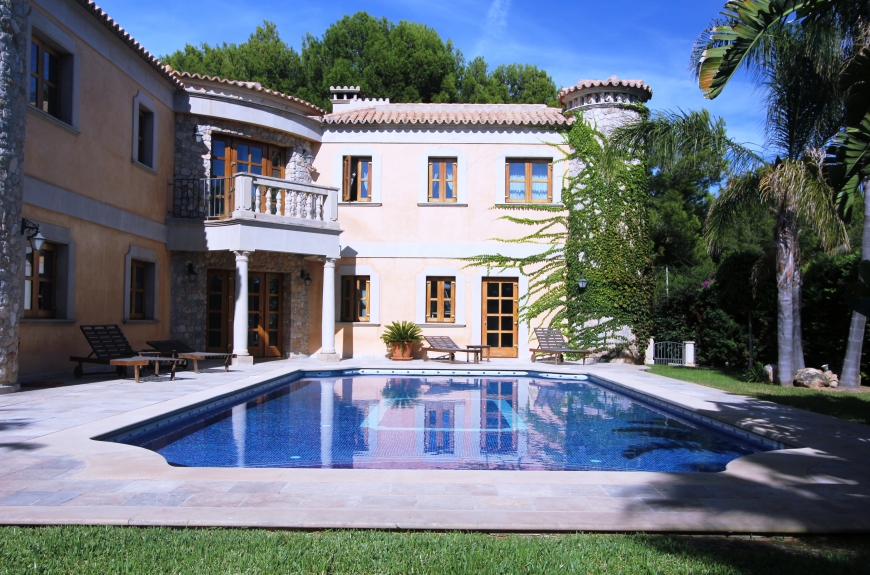 Luxury home within walking distance of shops and beaches in Sol de Mallorca