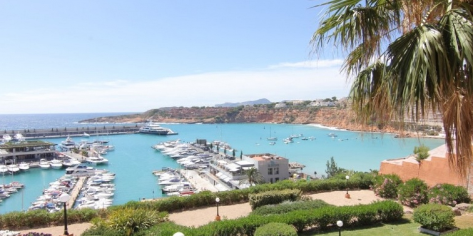 REDUCED IN PRICE FOR QUICK SALE!!!Stunning apartment with beautiful views over Port Adriano€440,000Excellent value for price, this lovely apartment is in a great community, close to all the amenities & only a short distance from Palma. Contact us now if you'd like to view…